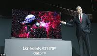 ο Brian Kwon, Πρόεδρος και Διευθύνων Σύμβουλος της LG έδειξε τις νέες OLED τηλεοράσεις.