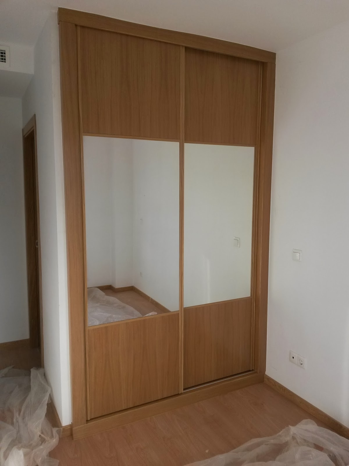 Muebles a medida forrado interior de armario con puertas for Armario con espejo