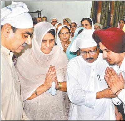 गुरूद्वारे में इंस्पेक्टर सुच्चा सिंह की अंतिम अरदास के दौरान भाजपा नेता सत्य पाल जैन और संजय टंडन।