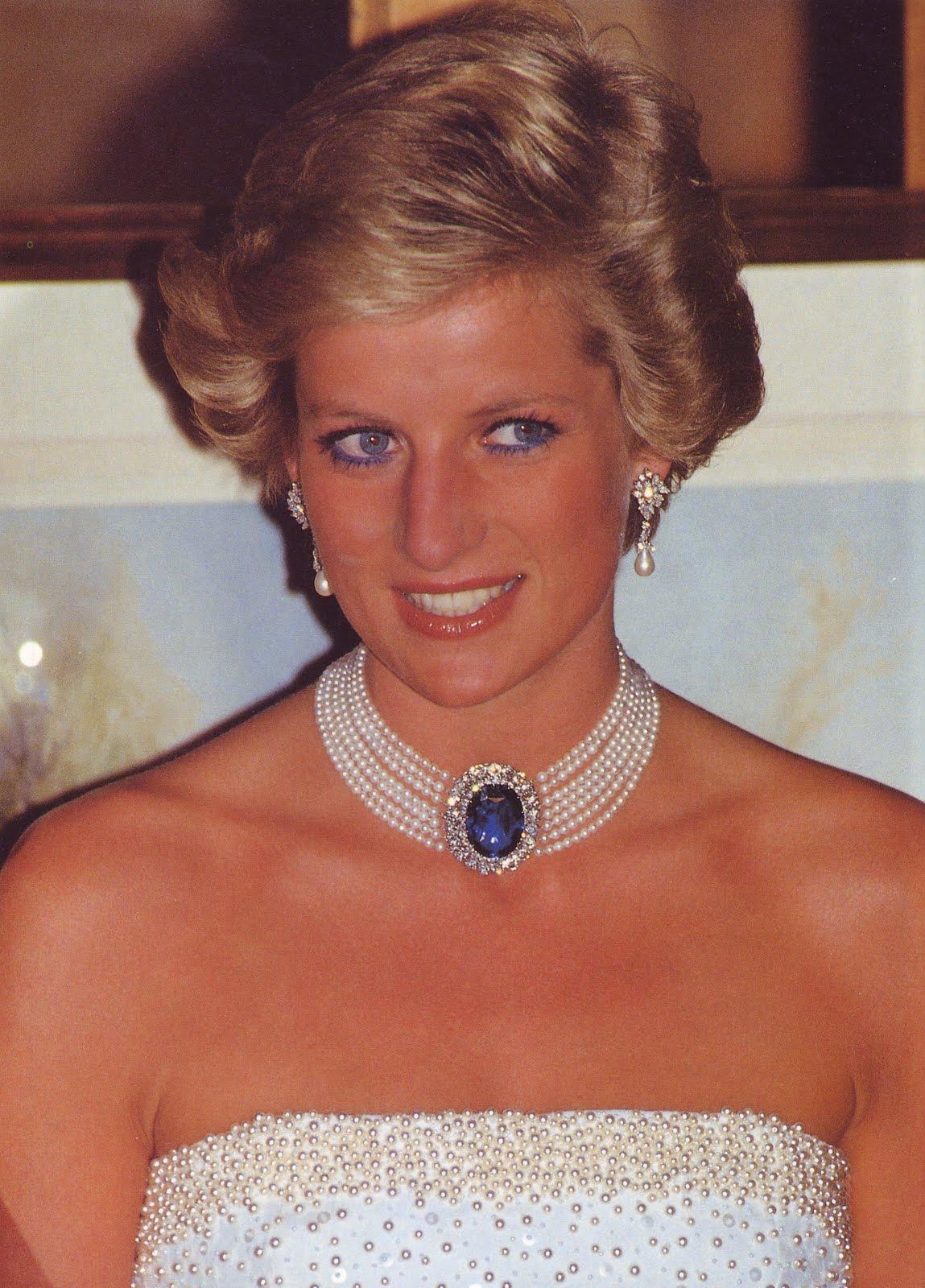 http://4.bp.blogspot.com/-ubxJMh8Aig4/TaoNWv8x-oI/AAAAAAAAC_s/tjpgvpsseV4/s1600/gracie+jewellery+diana+princess+of+wales+sapphire+pearl+chooker.jpg