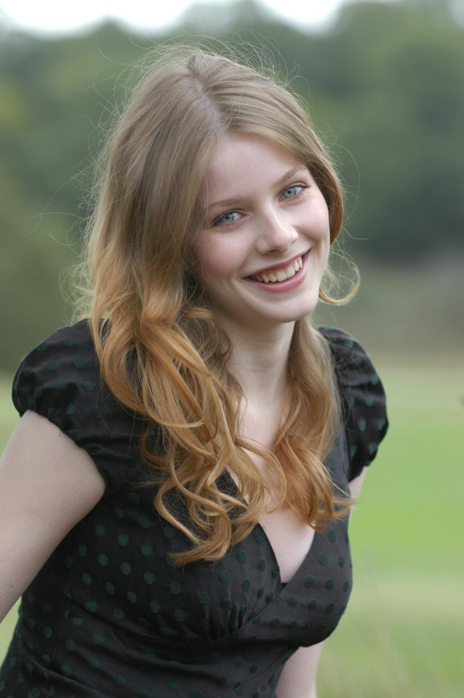 http://4.bp.blogspot.com/-ucBcDMLAE_c/TgEOhS_7IhI/AAAAAAAAEV8/cLTxcKIwAlU/s1600/Rachel-hurd-wood-Hairstyles%2B%25281%2529.jpg