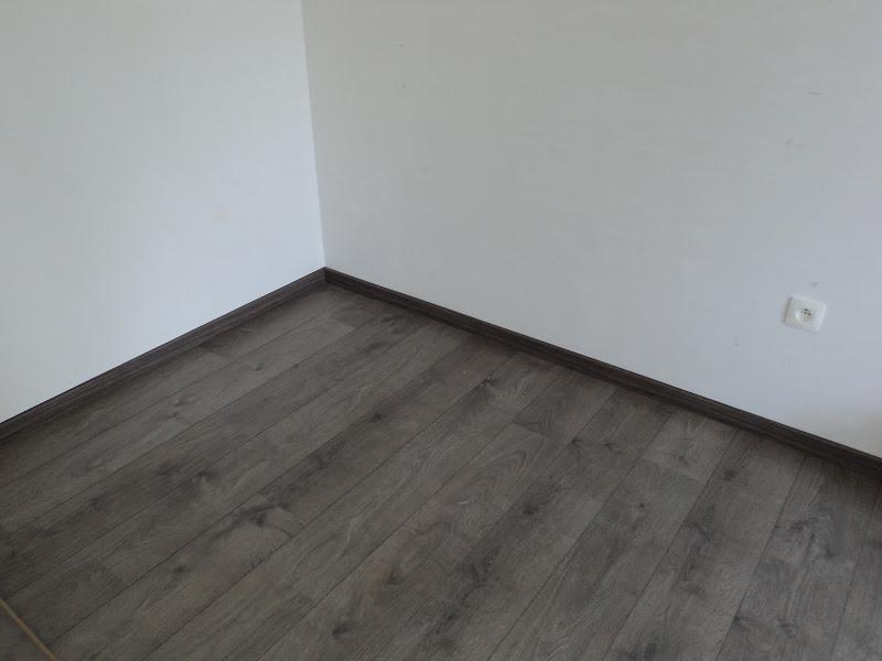 Laminaat Voor De Slaapkamer : Plinten bij de laminaat op de ...