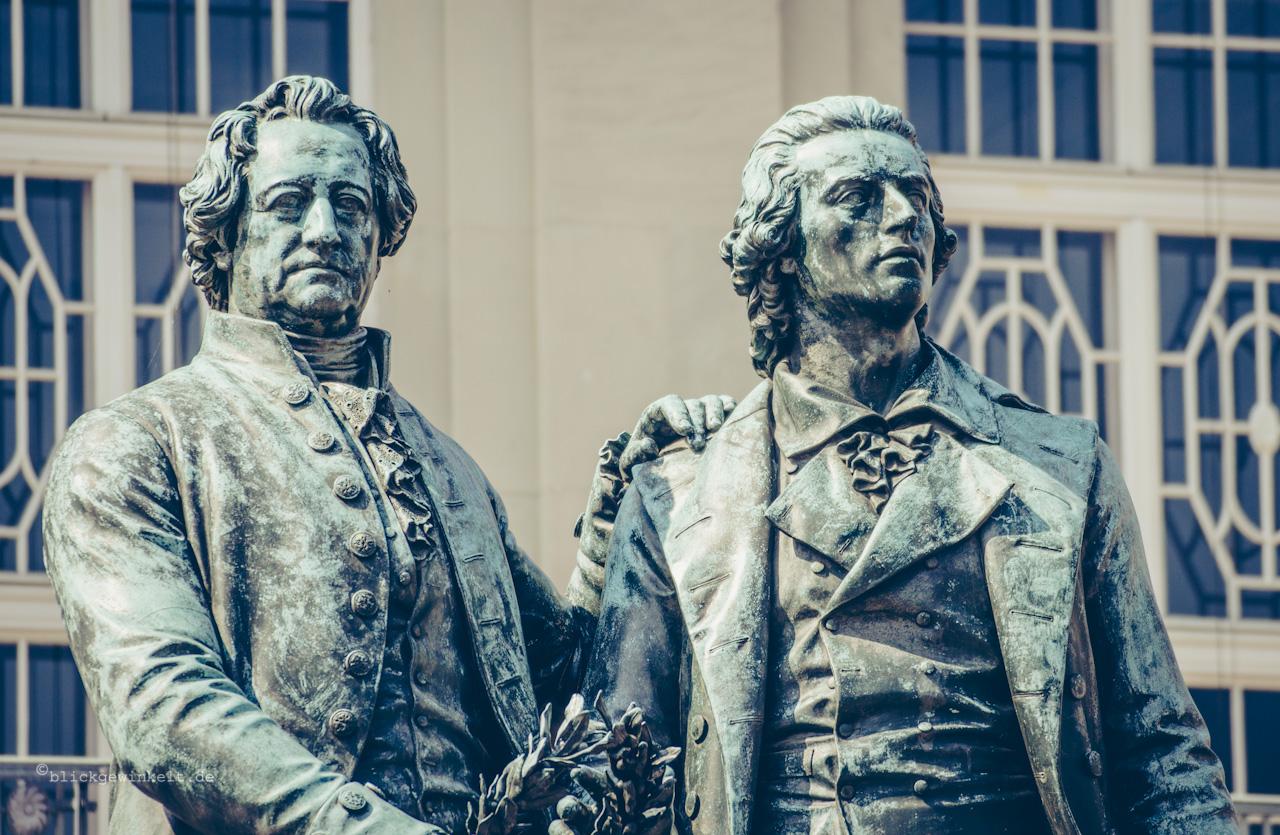 Goethe- und Schiller-Denkmal vor dem Deutschen Nationaltheater Weimar