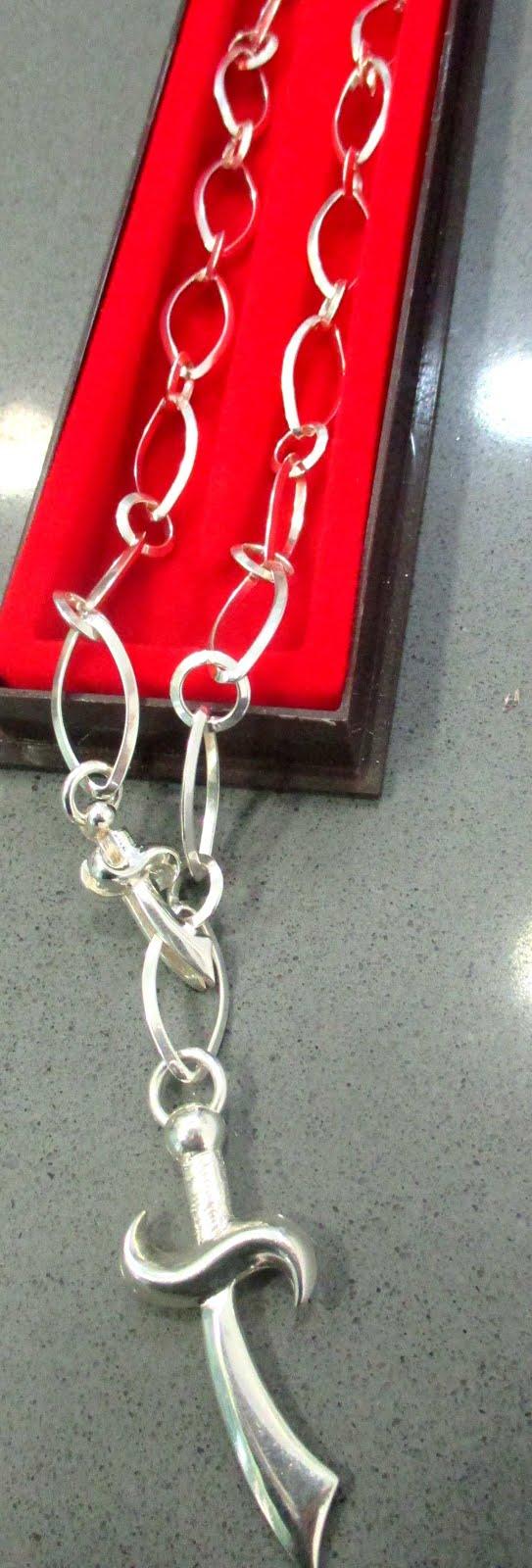 Collar grueso de plata con espada militar