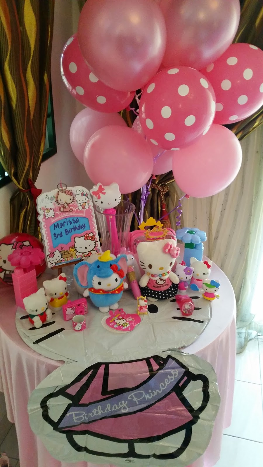 Hello Kitty birthday party decor setup dan door gifts Of Cotton