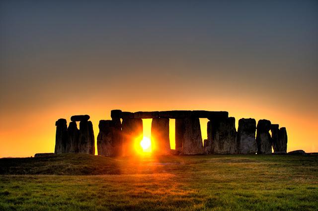 Bình minh ở Stonehenge, một di tích cổ ở Anh quốc. Tác giả hình : Simon Wakefield.