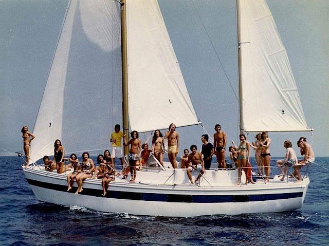 Gambar Perahu Layar Yacht awas ada hiu