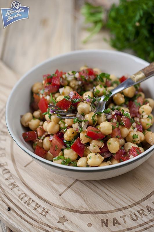 Sałatka z ciecierzycą i pomidorem