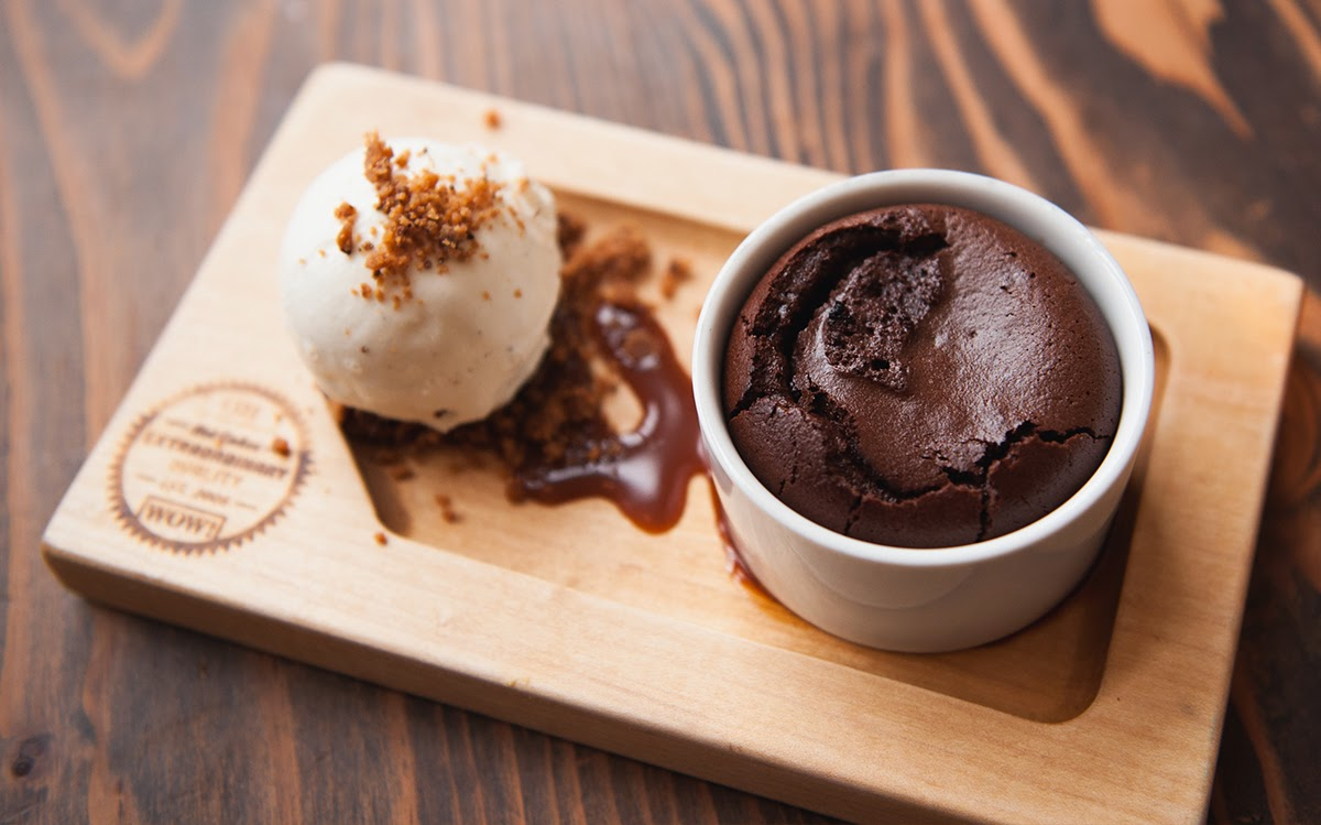 Hot Cakes Molten Chocolate Cakery on Packaging of the World - Creative ...
