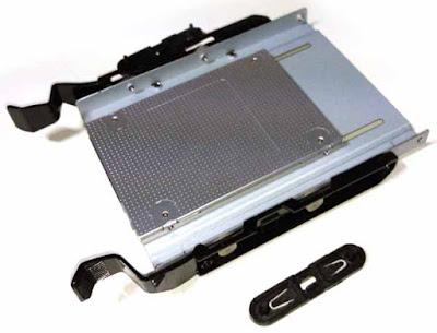 マウスコンピュータ製デスクトップパソコンMDV-ASG8300Bの HDDベイへ3.5インチHDDを固定するためのマウンタへ 2.5-3.5変換マウンタ―に固定したCSSD-S6T256NHG6Qを固定したもの  SSDの端子部がHDDベイへ3.5インチHDDを固定するためのマウンタの つまみ側(写真の左側)になるように固定  このとき、SSDの端子部が2.5-3.5変換マウンタ―との干渉によって、 電源ケーブル、SATAケーブルが差し込めなくならないように、 SSD の2.5-3.5変換マウンタ―への固定位置に注意する必要がある