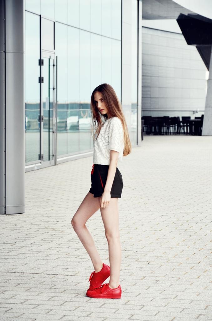 adidas superstar supercolor red i dziewczyna z długimi włosami