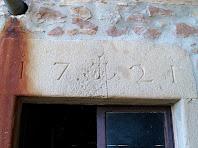 Llinda amb inscripció a la façana nord