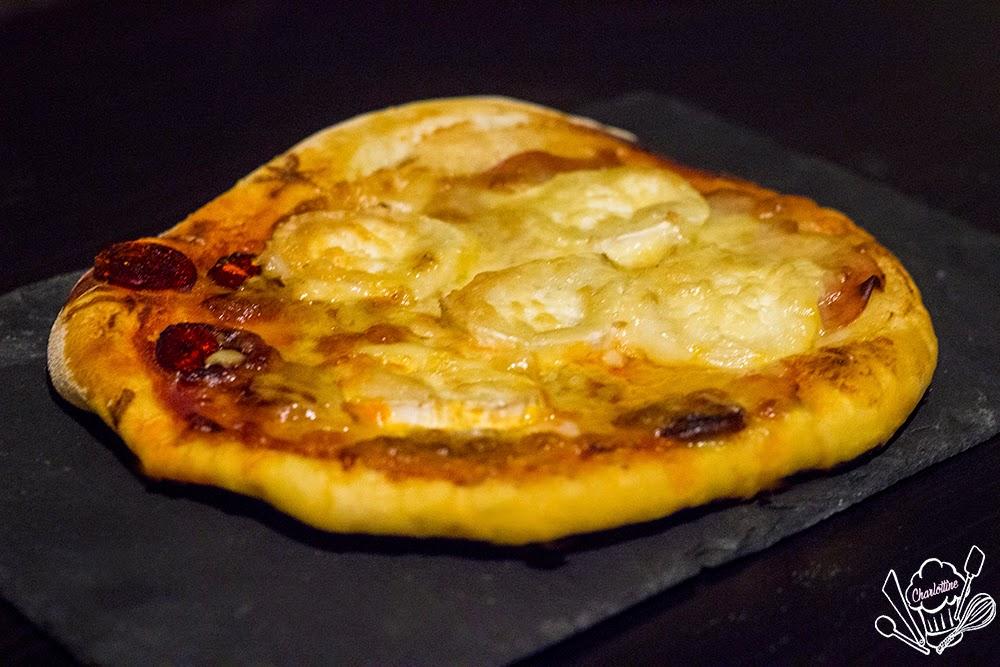 La pizza de Charlottine chorizo chèvre bacon mozzarela