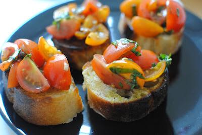 förrätt, bruschetta, tomat, basilika, vitlök