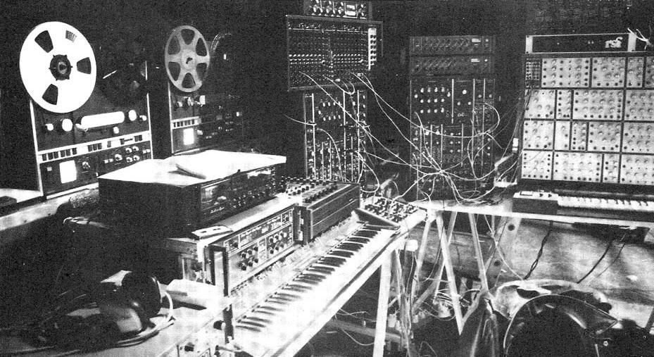 El santuario electrónico de Richard Pinhas sito en el Studio Ramsès durante la grabación de L'Éthique que incluía el Moog Polymoog, Moog System 12/15, Moog Three Band Parametric Equalizer, E-mu Modular, RSF Kobol, EMS Vocoder 1000 y magnetófonos Revox A700