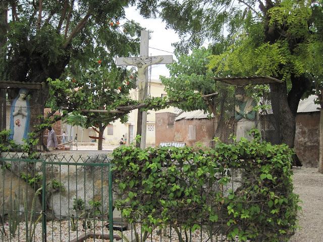 Simbología religiosa católica en Fadiouth, Senegal