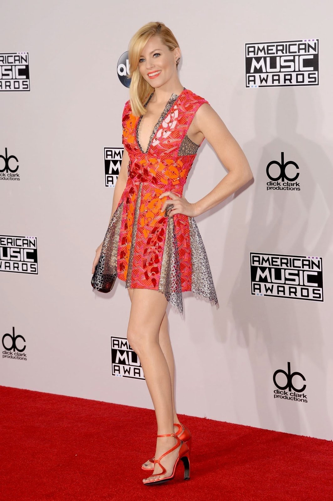 Elizabeth Banks wears a bold Peter Pilotto mini dress at the 2014 American Music Awards