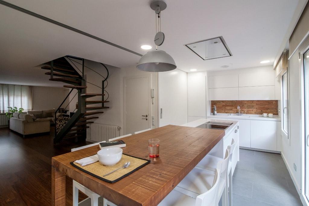 Mesas de madera un complemento ideal para las cocinas for Mesa blanca y madera