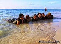 bermain air di pantai tanjung gelam karimun jawa