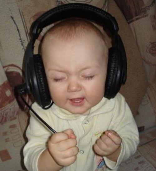 طفل يقلد الكبار ويغني بشكل مضحك