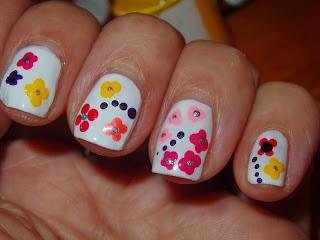 manicura blanca con flores