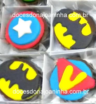 Docinhos decorados Vingadores com captão América, Batman, máscara do Homem de Ferro, elmo e martelo do Thor e soco do Hulk