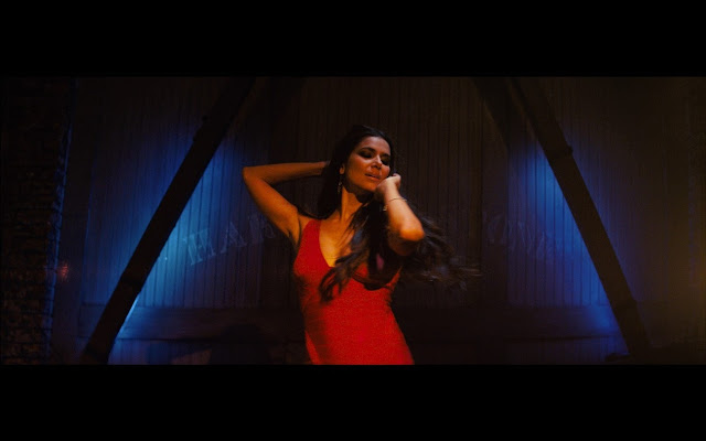 Roselyn Sanchez en el video del nuevo sencillo en español 'LOCO' del cantante Enrique Iglesias