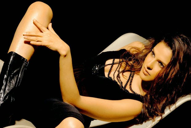 neha dhupia hot cleavage and milky thigh hd pics