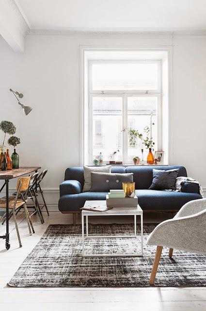 minimalistyczna przestrzeń z oldschoolowymi krzesłami z czasów szkolnych