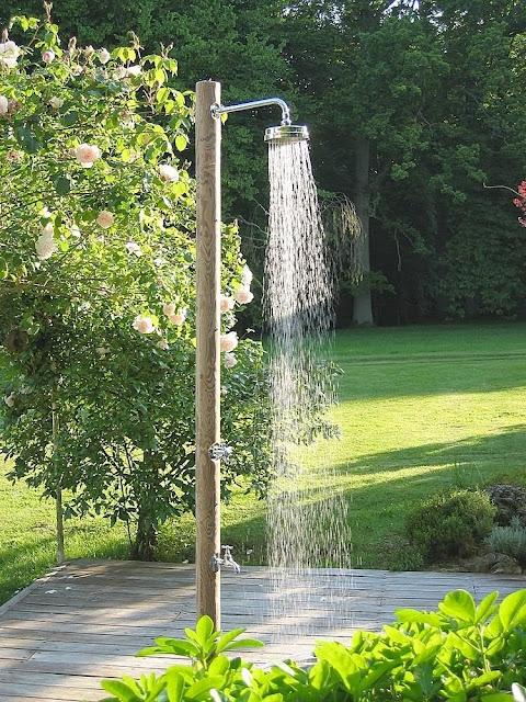 Decoracion de patios ducha exterior patios y jardines for Adornos para jardin exterior