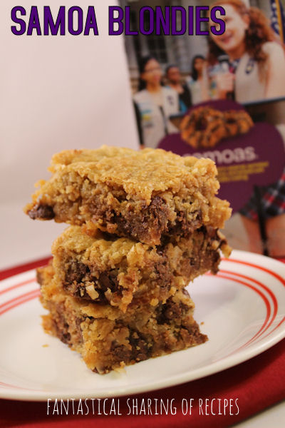 Samoa Blondie Bars | Your favorite Girl Scout cookie in bar form #dessert