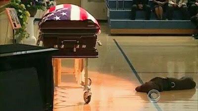 飼い主の死を悼む犬。