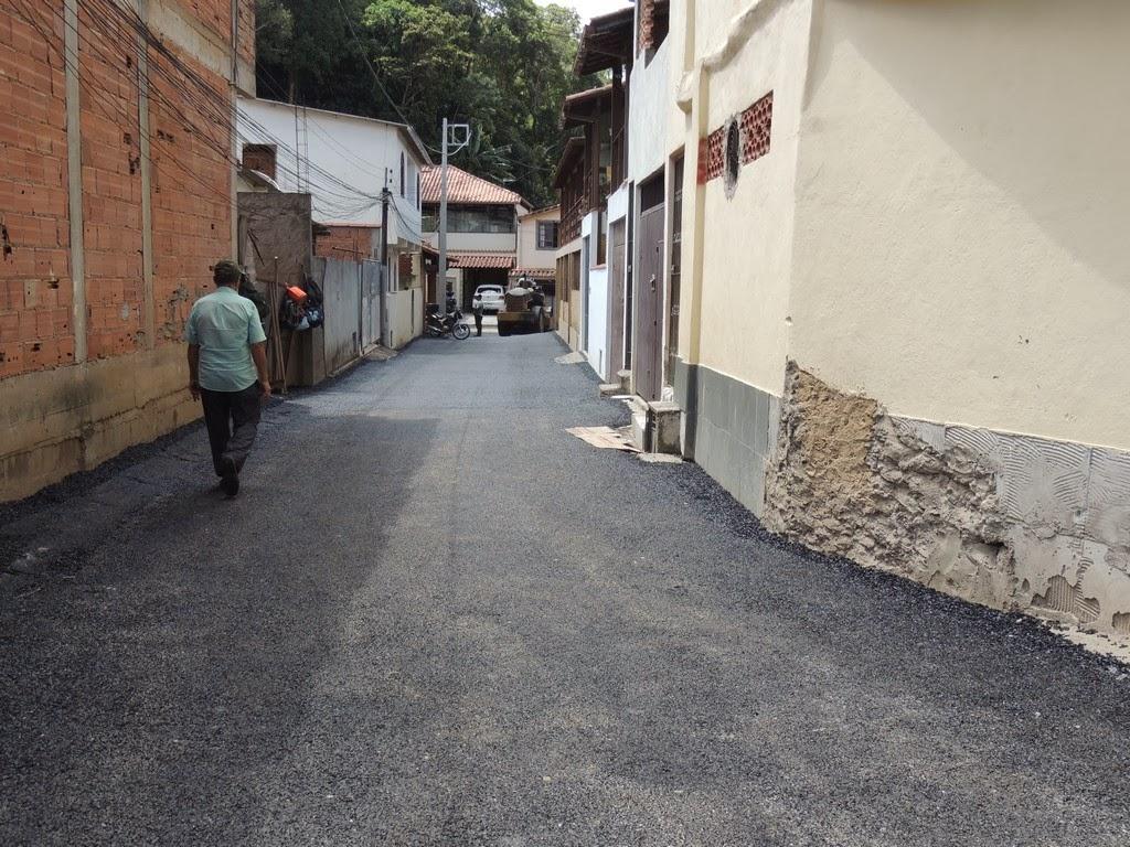Ainda no sábado, funcionários restauraram trechos do pavimento da Rua José Maria Ferreira Duarte, no bairro de Ermitage e começaram a operação tapa-buracos também nas alamedas e servidões adjacentes