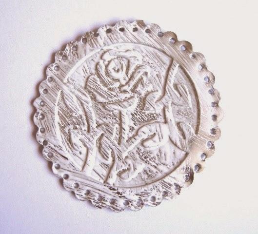 segundo paso tag febrero (3): círculo de estaño embossado con una rosa pintado con Distress Paint color blanco, tono Picket Fence