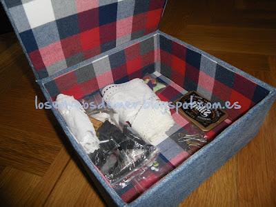Caja realizada en cartonaje decorada con tela de cuadros por su interior