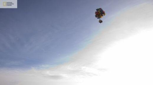 شاهدوا بالصور: ناشيونال جيوغرافيك تقوم بمحاولة ناجحة لصنع بيت البالونات الطائر 201209192025232506