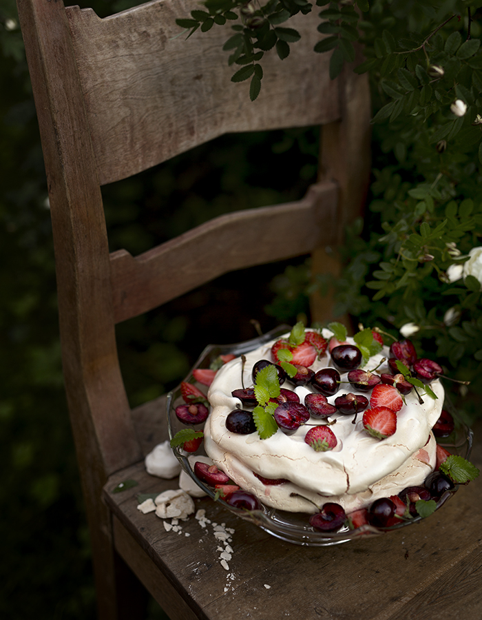 meringue with berries photo by Kreetta Järvenpää www.gretchengretchen.com