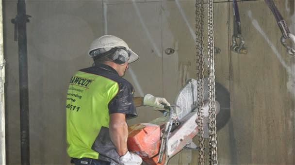 With Concrete Saw Cutting Into Walls : Concrete cutting florina contracting and decoration qatar