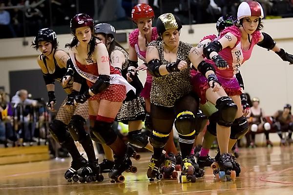 Roller derby csapat támadásban