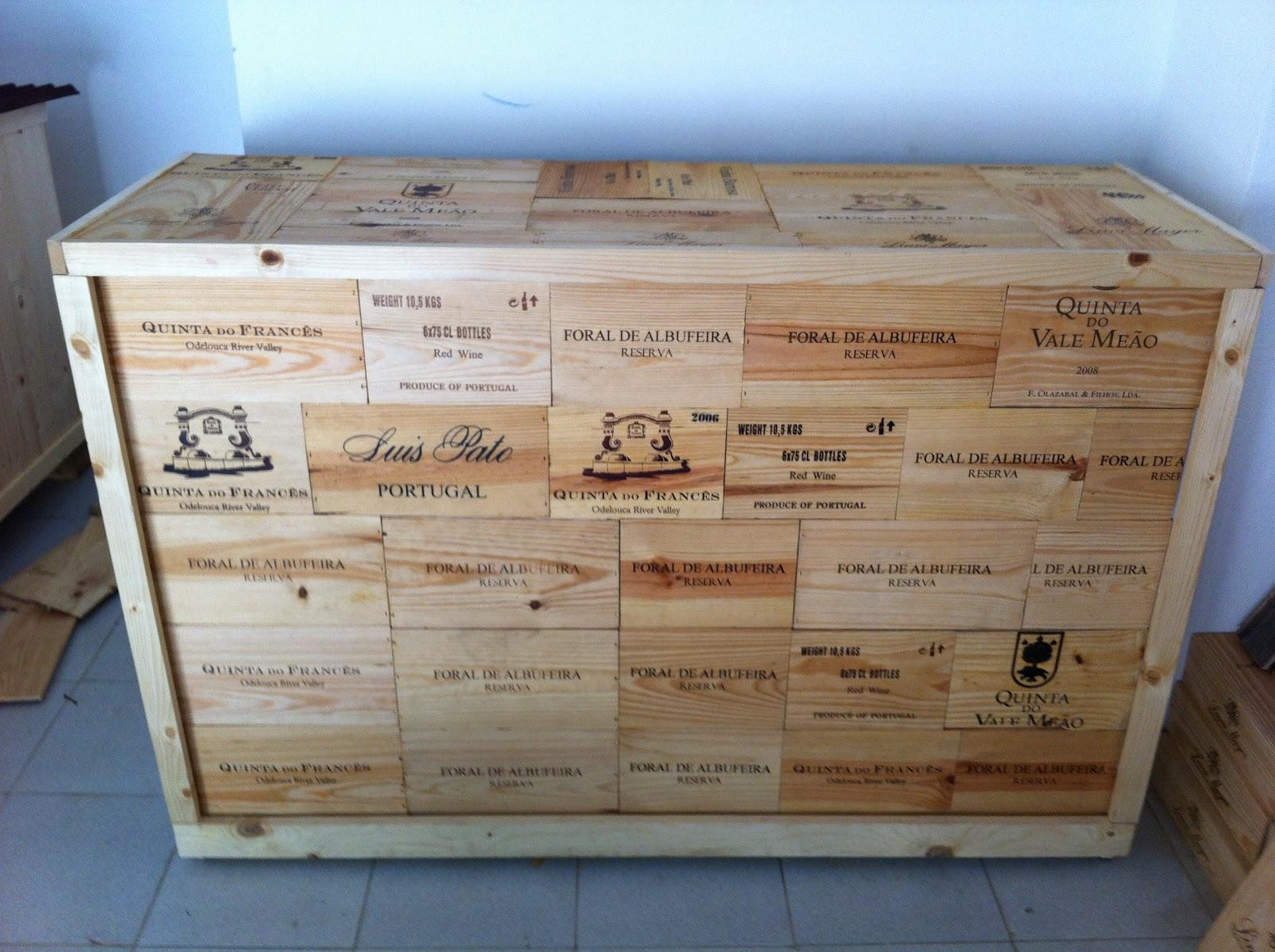 Balcão feito com caixas de vinho. #2566A6 1600x1195