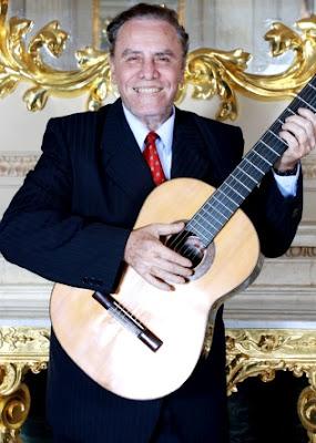Foto de Augusto Polo Campos con su guitarra