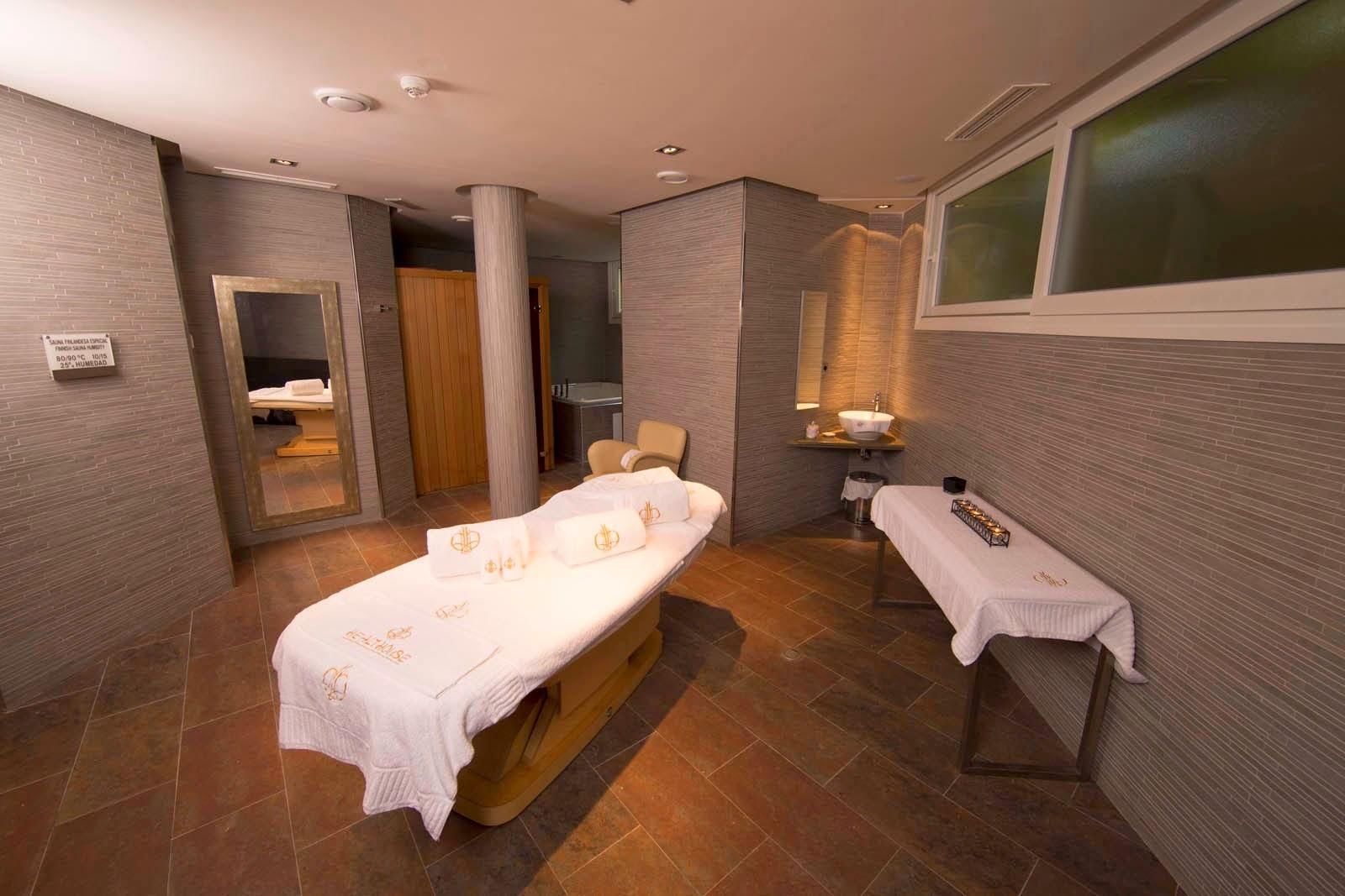 Cabinas De Ducha Para Gimnasios:Una de las cabinas de tratamientos del Ekilum Spa dispone de sauna y