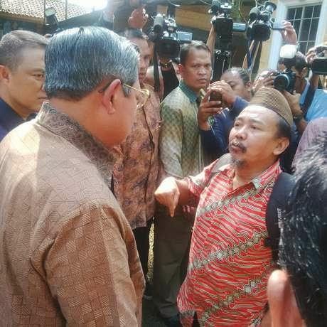 Orang Stress Cegat Presiden SBY Usai Mencoblos