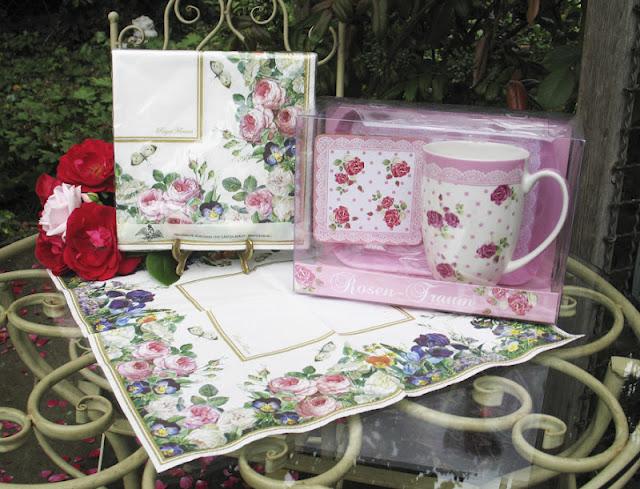 Kaffeebecher, Tablett und Untersetzer mit Rosenmuster und Spitzenbordüre