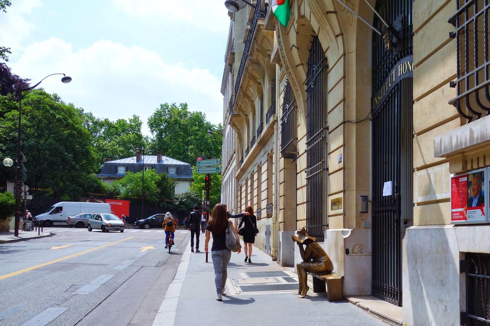 Paris sous le chapeau une sculpture d 39 andras lapis institut hongrois - Rue bonaparte paris 6 ...