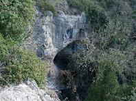 Detall de coves o baumes a tocar del saltant