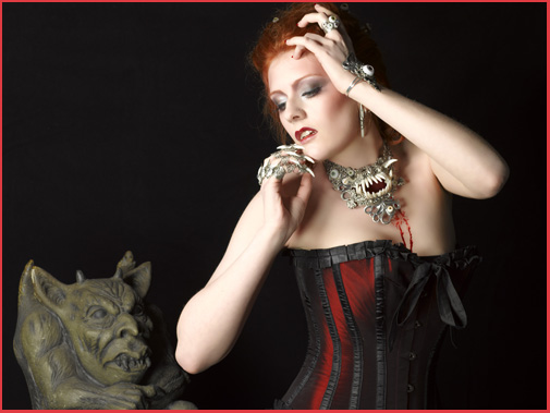 Amonseuldesir.net / Bijoux A mon seul desir / Alain Naim Photographe / Cécile Absinthe De(lirum ) Modele / Jennifer Groët Maquillage et Coiffure
