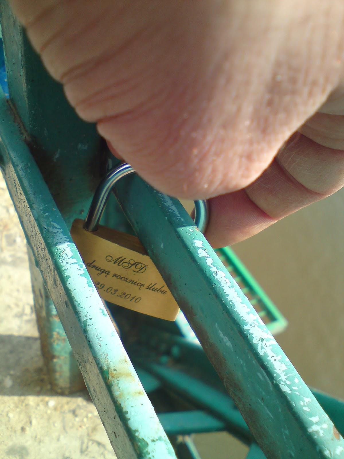 Kłódka zakochanych na Moście zakochanych we Wrocławiu