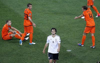 Schadenfreude pur. Mats Hummels lacht nach dem deutschen Sieg über die Holländer.
