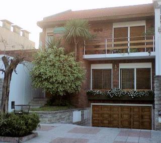Casa chalé estilo contemporáneo entre medianeras en barrio urbano